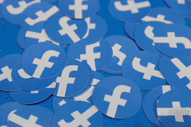 Dung nhin cham cham vao moi Facebook 1