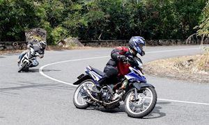 Âm côn khi vào cua, biker rớt nài xém chết
