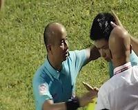 Video clip: Trọng tài xử ép bị fan Nam Định ném vật thể lạ vào đầu