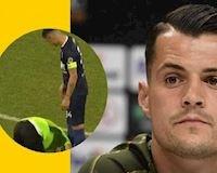 Sao Arsenal chết đứng khi bị fan cuồng vào sân... hôn giày
