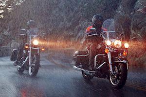 Chạy xe dưới mưa có nên bật đèn chiếu sáng