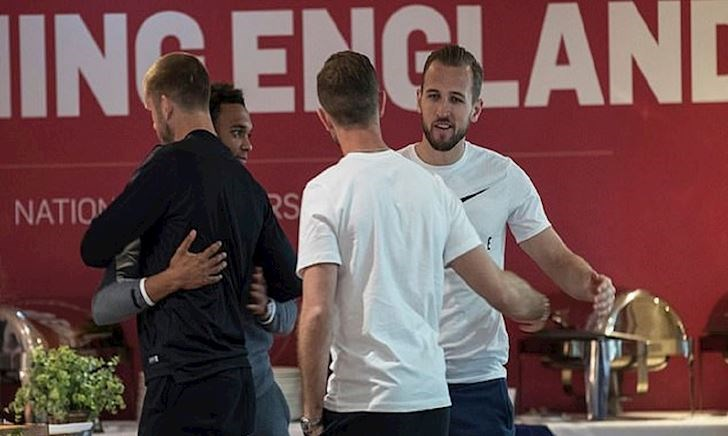 Cầu thủ Liverpool ôm hôn an ủi cầu thủ Tottenham ở tuyển Anh