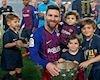 Con trai Messi siêu dễ thương, giả làm cầu thủ Liverpool dọa bố