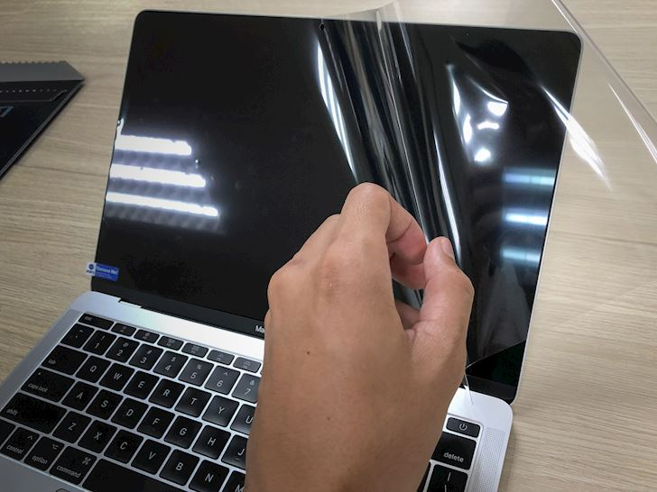 tren-tay-mieng-dan-man-hinh-mocoll-cho-macbook-pro-5