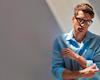 Hướng dẫn cách lên đồ nam tính và lôi cuốn với áo sơ mi xanh nhạt