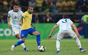 Hơn Messi 4 tuổi, Alves vẫn 'đè bẹp' đối thủ bằng thống kê khó tin