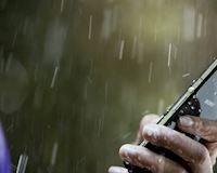 Sử dụng điện thoại vào mùa mưa và những điều cần lưu ý