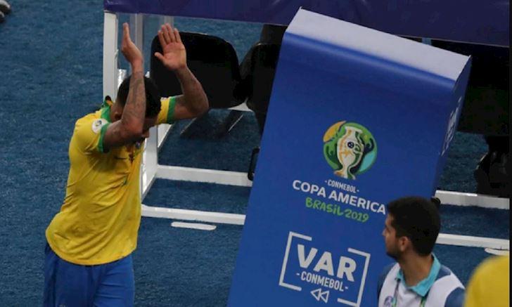 GOC NHIN: Vi sao VAR giet chet Copa America 2019 anh 1