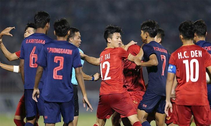 Video clip: Phạm lỗi thô bạo, cầu thủ Thái còn gây sự với U18 Việt Nam
