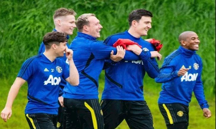 """CĐV Man Utd sợ Young và Phil Jones """"đầu độc"""" Maguire"""