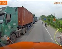 Hành động bất ngờ của lái xe container với cụ già - Đằng sau vô lăng #4