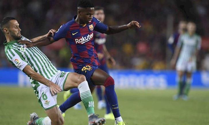 Messi ôm chặt sao trẻ Ansu Fati sau khi làm nên lịch sử