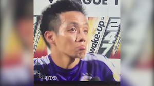 Video clip: Văn Quyết bị fan Nam Định ném pháo sáng trong lúc phỏng vấn
