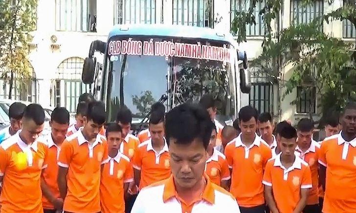 Video clip - GĐKT Nguyễn Văn Sỹ cúi đầu xin lỗi nạn nhân pháo sáng: 'Nếu cổ vũ như vậy thì giải tán đi!'