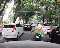 Xe máy ngã vào xe hơi và pha xử lý tình huống chuẩn mực – Đằng sau vô lăng #6