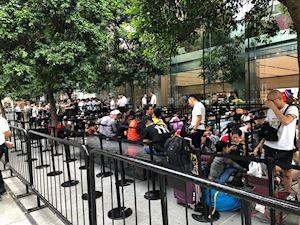 Cập nhật tình hình xếp hàng chờ mua iPhone 11 tại Apple Store Orchard - Singapore