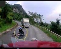 Xe máy vượt ẩu trên đèo rồi ngã ngay trước đầu xe tải – Đằng sau vô lăng #7