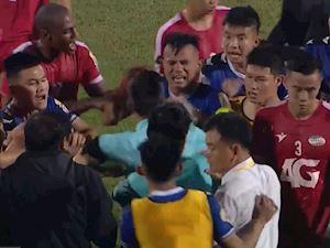 Video clip: Viettel chính thức trụ hạng, trọng tài bị cầu thủ Bình Dương bao vây
