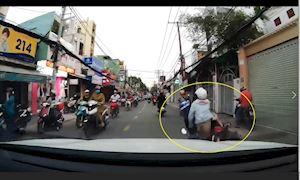 Cán phải quả banh, xe máy ngã ngay trước đầu xe hơi – Đằng sau vô lăng #8