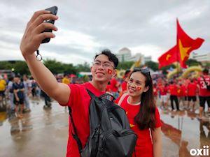 Video clip: Hàng nghìn CĐV Việt Nam tạo thành 'cơn lốc đỏ' ùn ùn kéo về Thamasat