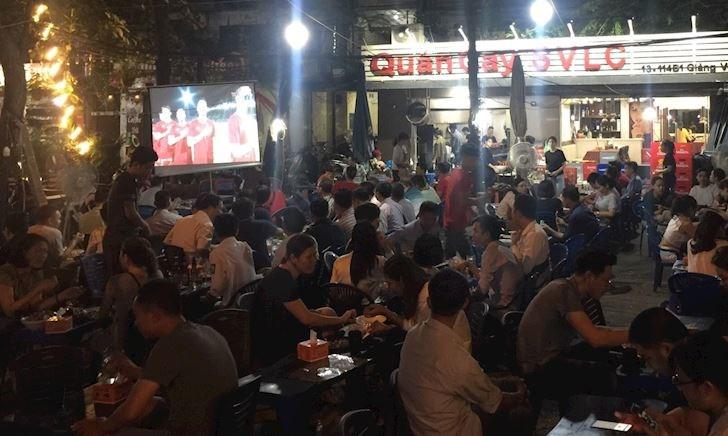 Fan Hà thành chen chúc trong quán nhỏ cổ vũ tuyển Việt Nam