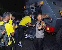 Video clip: 'Lỡ' thắng ngược Indo, Malaysia phải rời sân bằng xe bọc thép