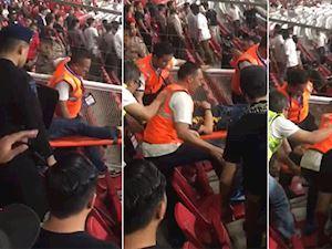 """Video clip: Fan Malaysia trọng thương vì """"nghi ngờ"""" dính chai lọ từ phía Indonesia"""