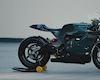 Từ mô tô điện biến thành xe đua qua bàn tay của hãng độ nổi tiếng DEUS