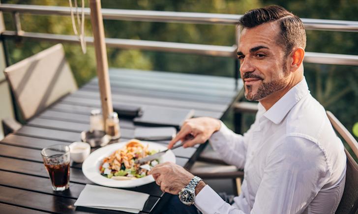 Đàn ông lịch lãm và 16 nguyên tắc buộc phải nhớ trên bàn ăn