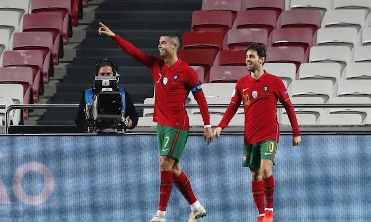 MỚI: Ronaldo giúp Bồ Đào Nha thắng 7-0; Cầu thủ Barca quyết không giảm lương