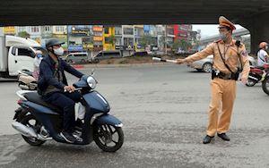 CSGT sắp dừng xe bất chợt, cần mang theo giấy tờ gì để không bị phạt?
