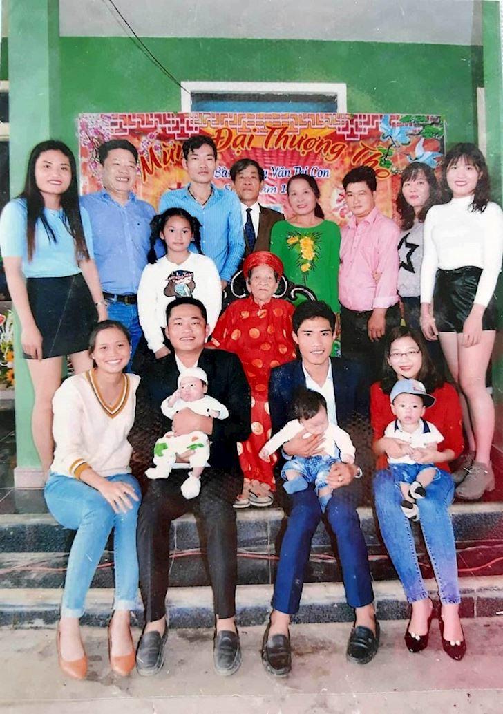 Gia đình người con trai thứ 10 chụp cùng cụ (Ảnh: VietNamNet)