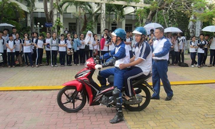 hoc sinh du 16 tuoi la co the chay xe duoi 50cc nhung van can hoc luat 4