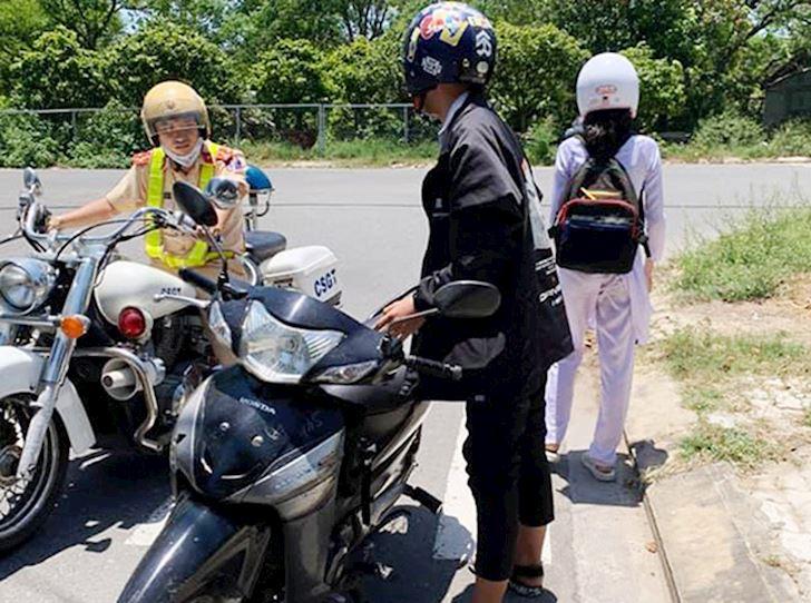 hoc sinh du 16 tuoi la co the chay xe duoi 50cc nhung van can hoc luat 3