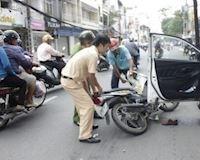 Chớ dại chạy gần ô tô dừng bên đường vì cánh cửa mở ra nguy hiểm