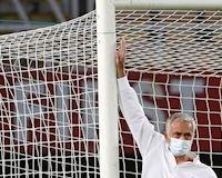 """Mourinho gặp chuyện mờ ám ở Europa League: Khung thành bị """"cắt xén"""" 5 cm"""
