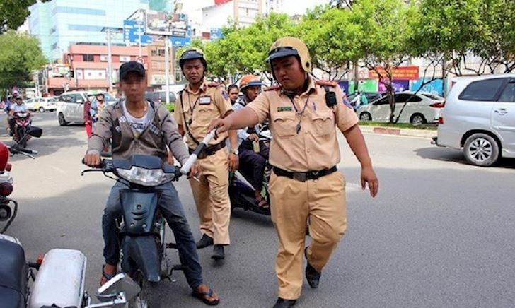Bị CSGT giữ bằng lái, trường hợp được và không được lái xe