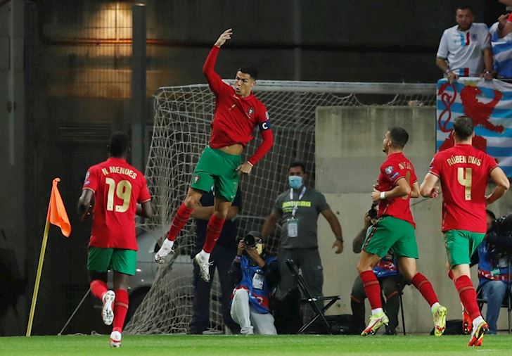 Ronaldo-ruc-sang-voi-hat-trick-giup-Bo-Dao-Nha-dai-thang-5-0-1
