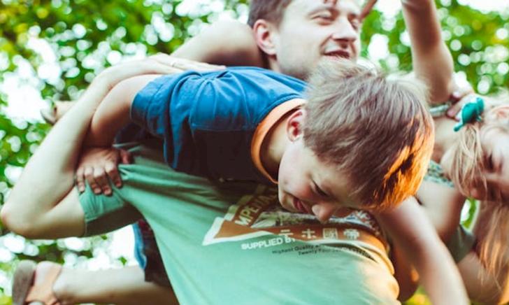 Trẻ học được các kỹ năng sống có giá trị nhờ chơi đùa với bố