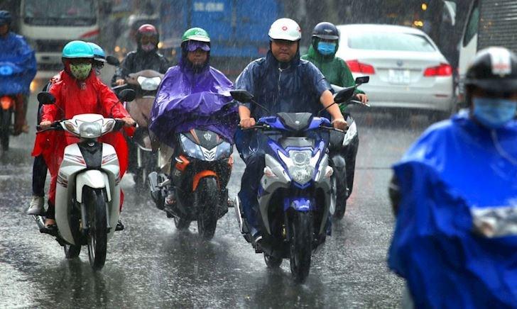 Những lưu ý giúp anh em chạy xe máy an toàn vào những ngày mưa