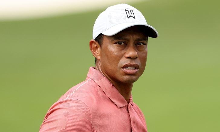Huyền thoại Tiger Woods bất ngờ lái xe lao xuống vực