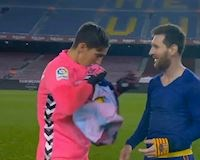Thủ môn vô danh khiến Messi chủ động đổi áo đấu là ai