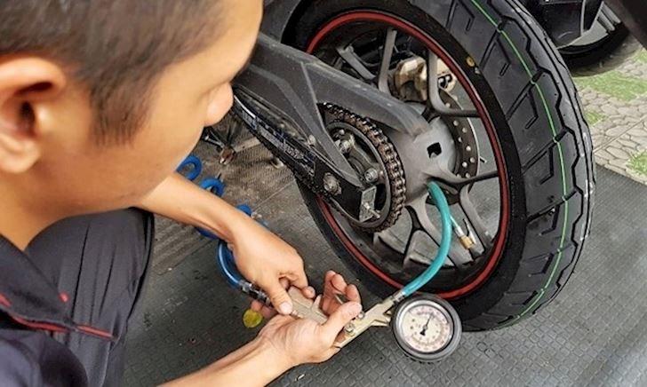 Chớ lại bơm lốp quá cứng khi sử dụng xe máy - Chăm xe #3