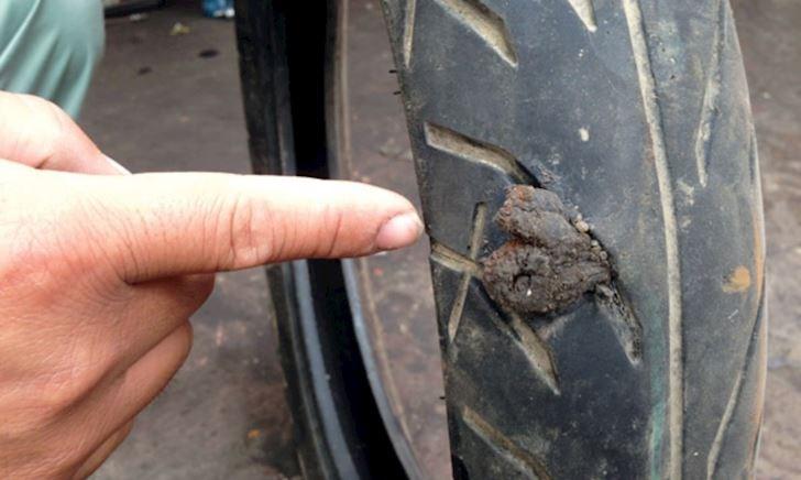 Thủng lốp xe bố nên chọn vá thường thay vì vá lụi