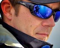 Người đi xe máy nên tập thói quen đeo kính để bảo vệ mắt