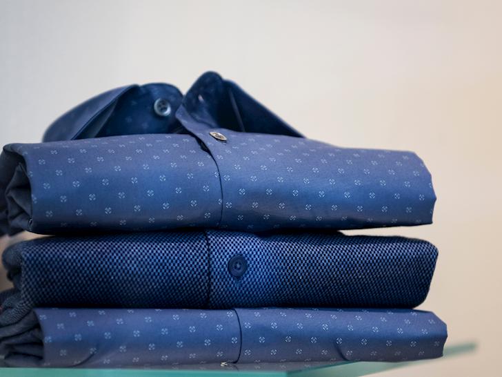 4-kieu-ao-so-mi-giup-anh-em-trong-ngon-lanh-hon-khi-phoi-cung-quan-jeans