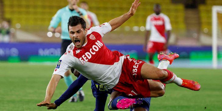 Hon-chien-o-Ligue-1-tran-Monaco-vs-Lyon-co-den-5-the-do-1