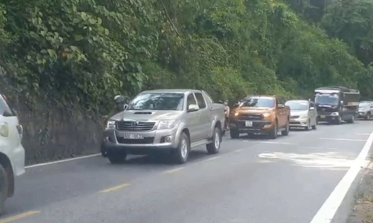 Hầm Hải Vân thu phí cao chót vót, ô tô chen xe máy lên đèo