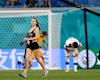 Ý đồ thực sự của cô gái ăn mặc thiếu vải chạy xuống sân trong trận đấu giữa Bỉ và Phần Lan tối qua