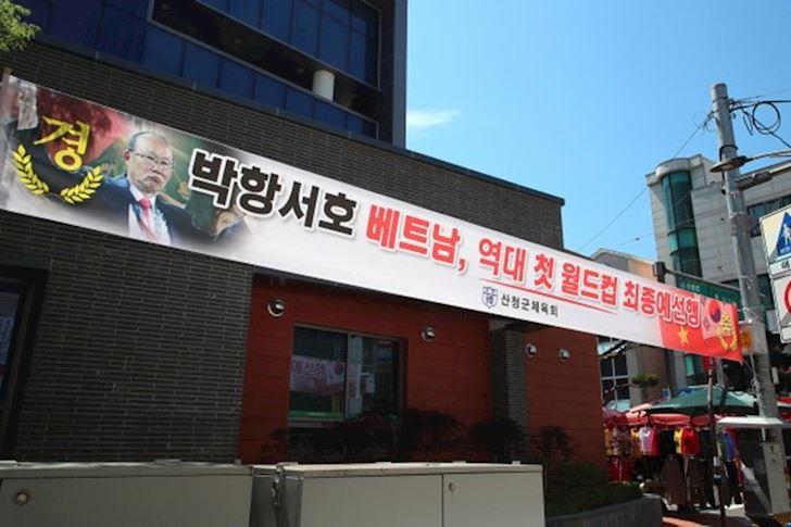 Dan-Han-Quoc-treo-hinh-HLV-Park-Hang-seo-mung-tuyen-Viet-Nam-di-tiep-2